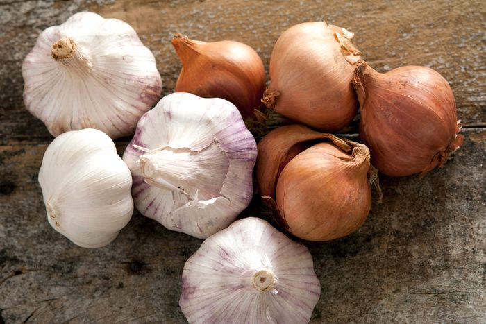 foods fight inflamation pain onion garlic