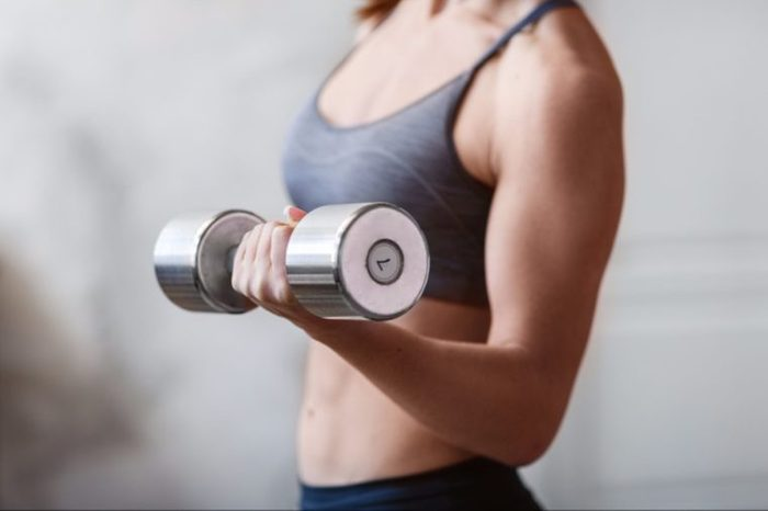 02-lift weight-Simple Things You Can Do Daily to Boost Your Bones_644342524-Olimpik