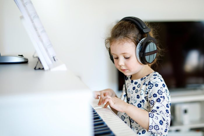 girl child piano