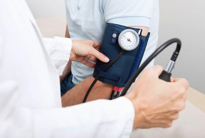 measuring blood pressure close pu