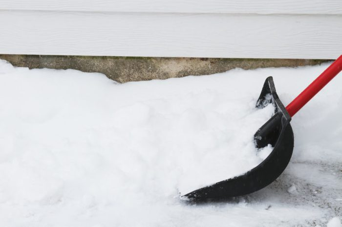 shoveling snow in the winter burns a lot of calories workout