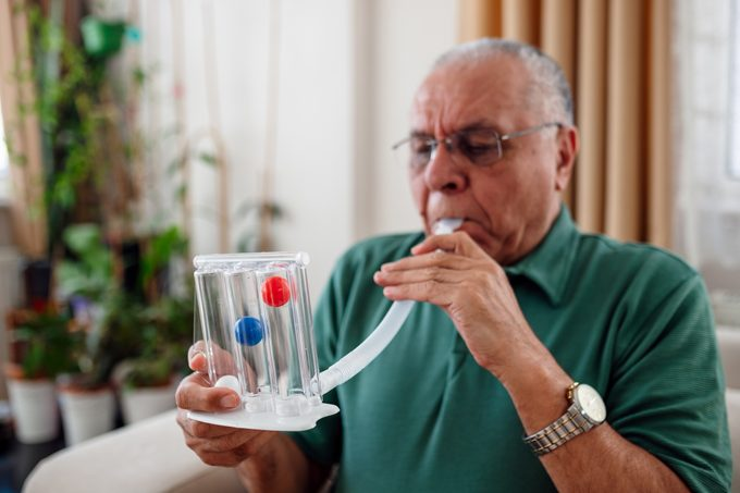patient measures his own lung capacity